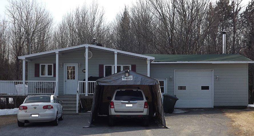 Maison vue de l'extérieur avec deux voitures