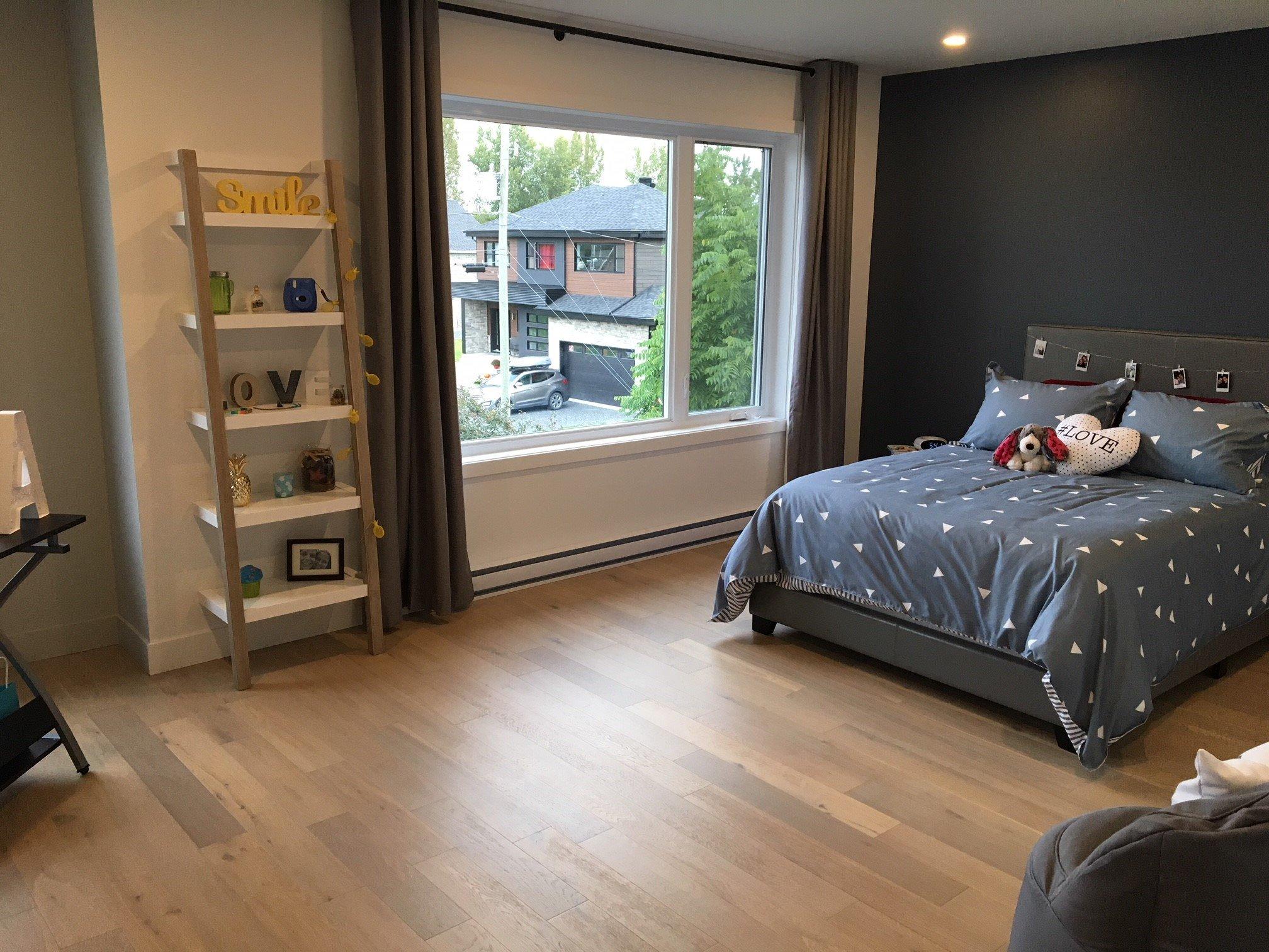 Chambre avec lit et décorations