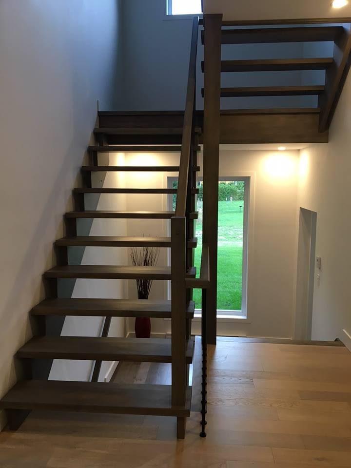 intérieur d'une maison avec escalier