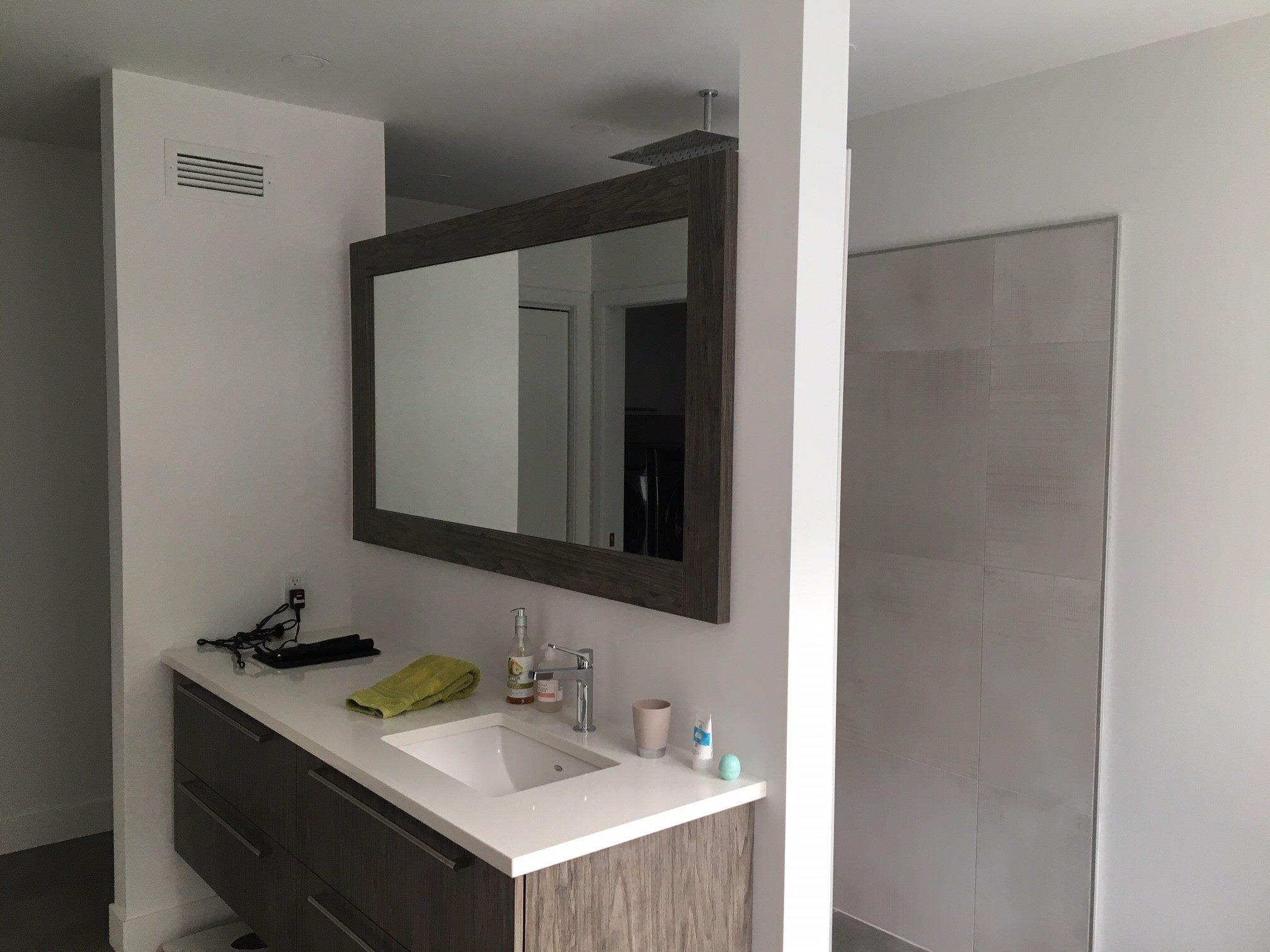 salle de bain avec lavabo et miroir