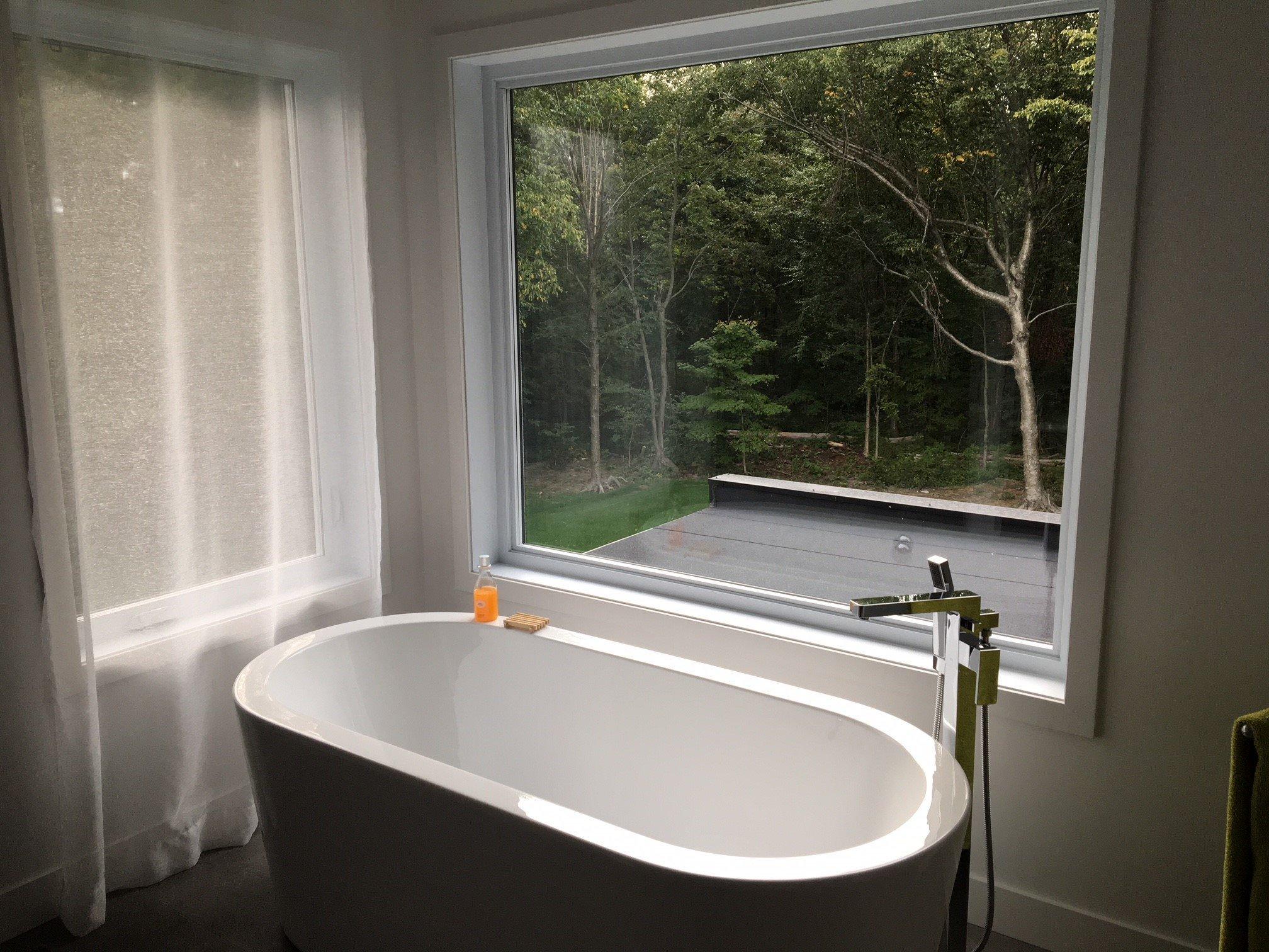 salle de bain avec grande fenêtre