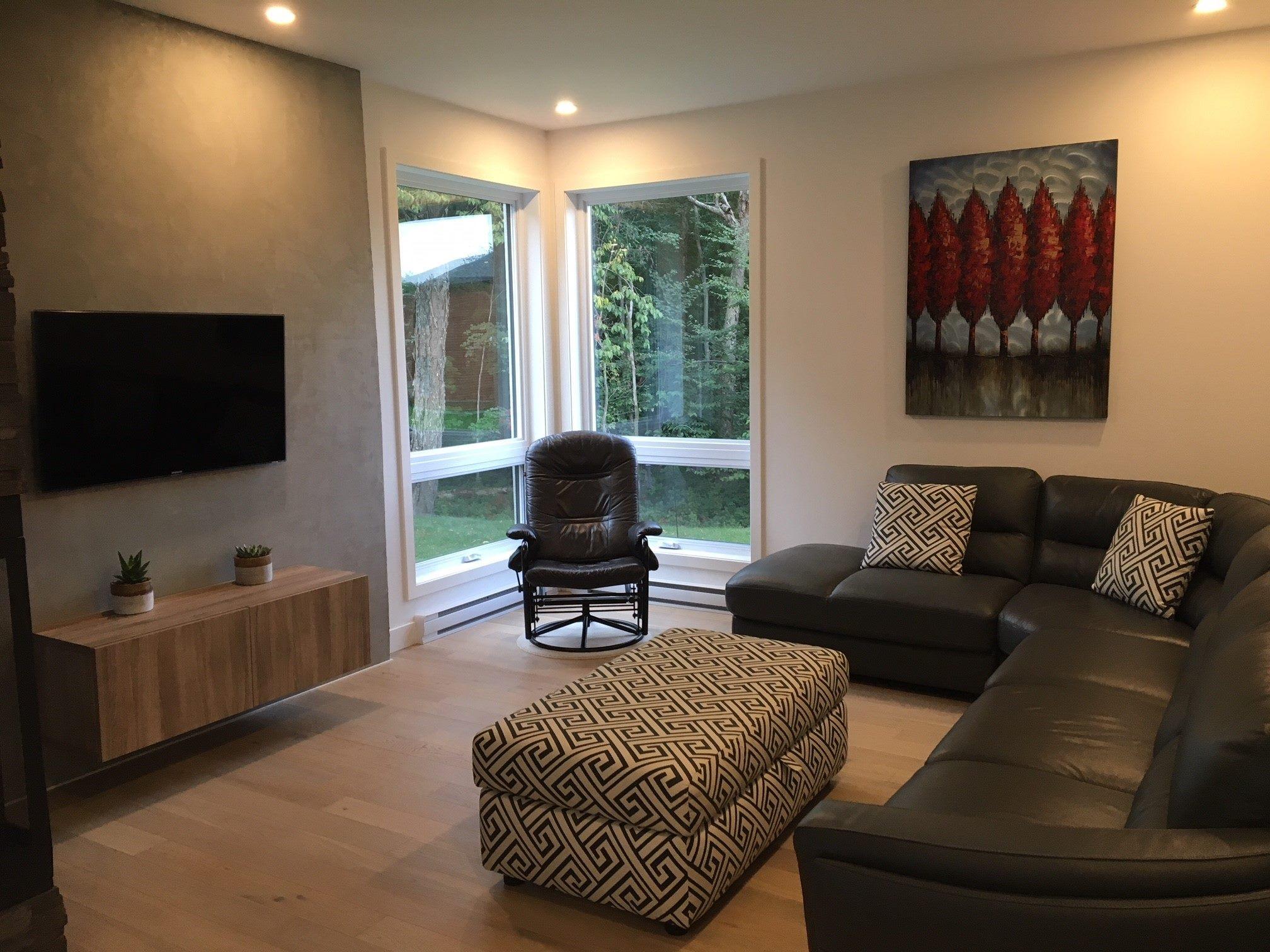 vue d'un salon avec divans et décorations